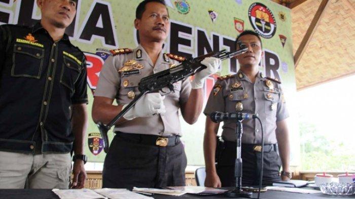 Warga Pidie Serahkan Sepucuk AK-56 Peninggalan Konflik Aceh kepada Polisi