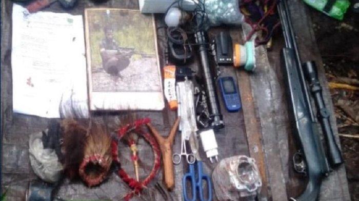 Senjata dan perlengkapan KKB Papua yang disita oleh satgas