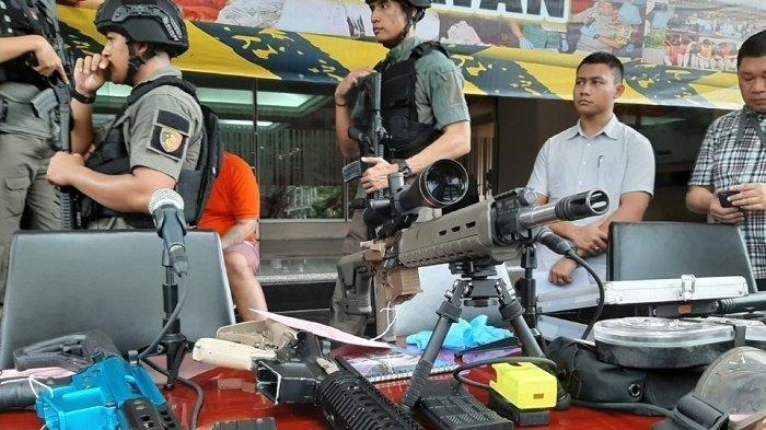 Senjata api ilegal beserta amunisinya milik Abdul Malik di Mapolda Metro Jaya, Kebayoran Baru, Jakarta Selatan, Selasa (31/12/2019).