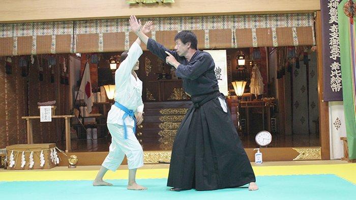 Sensei Yoshimi Ishizuka sedang mengajarkan artis muda terkenal Jepang Mikako Yoshida bidang Jiujutsu di Tokyo.