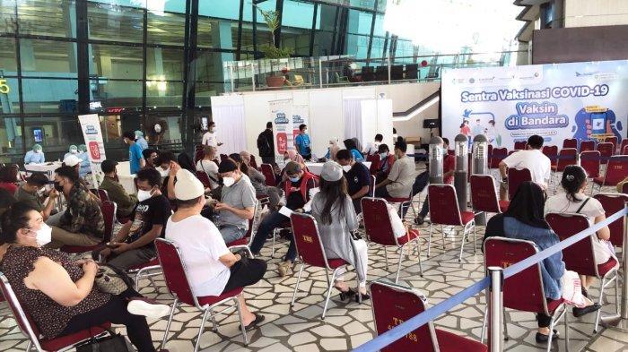 Layanan 'Vaksinasi di Bandara' di Terminal 2 dan Terminal 3, Bandara Internasional Soekarno-Hatta, Banten. Kegiatan ini diluncurkan oleh Kementerian Kesehatan RI bekerja sama dengan Kantor Kesehatan Pelabuhan-Kementerian Kesehatan (KKP-Kemenkes) Soekarno-Hatta, PT Angkasa Pura II (AP II), dan Traveloka hari ini, Senin (12/7/2021).