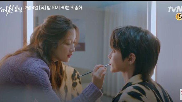 Seo Jun saat dirias oleh Ju Kyung, True Beauty episode 16.