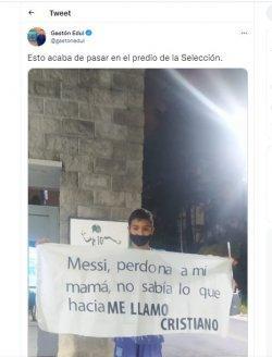 Seorang anak 11 tahun asal Argentina bernama Cristiano Ronaldo membentangkan spanduk berisikan permintaan maaf lantaran namanya sama dengan saingan la Pulga.