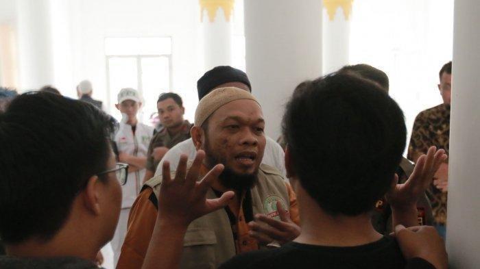 Seorang anggota FPI Bandar Lampung saat berbincang dengan para pengurus DKL. FPI Bandar Lampung membubarkan nonton bareng film Kucumbu Tubuh Indahku di gedung Dewan Kesenian Lampung, Selasa (12/11/2019).