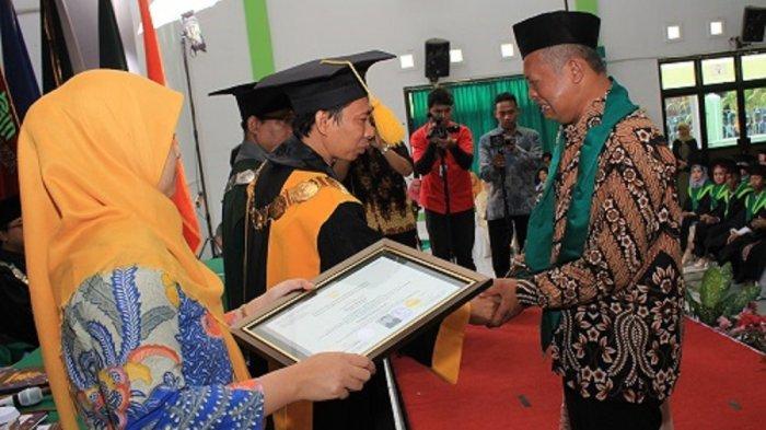 Seorang ayah menangis saat terima piagam anaknya yang sudah meninggal, di hari wisudanya di IAIN Surakarta.