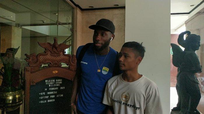 Seorang bobotoh berfoto bersama striker anyar Persib Bandung asal Belanda Geoffrey Castillion, Jumat (14/2/2020)