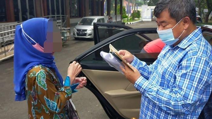 Sambil Menangis, Seorang PNS Curhat ke Bupati Garut, Diselingkuhi hingga Ditelantarkan Suami