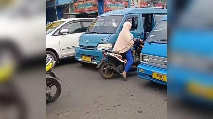 Seorang ibu-ibu pengendara di Bogor malah marah-marah