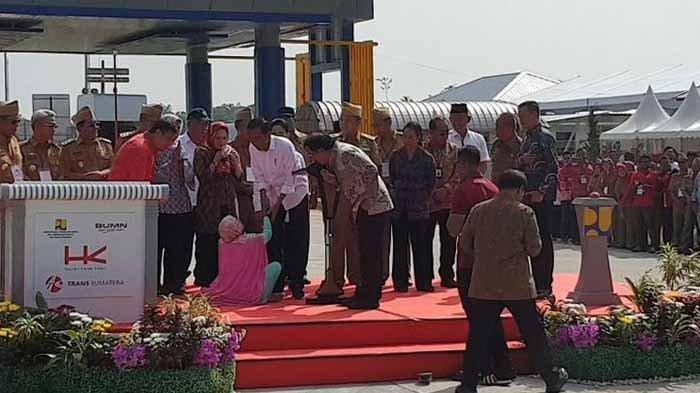 Perempuan Berkerudung Terobos Paspampres, Bersimpuh di Kaki Jokowi Lalu Pingsan, Lihat Videonya
