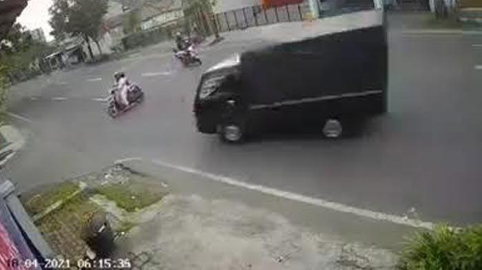 Nyaris Tabrakan dengan Motor Lain, Ibu yang Bonceng Anak Malah Tertabrak Pikap, Videonya Viral