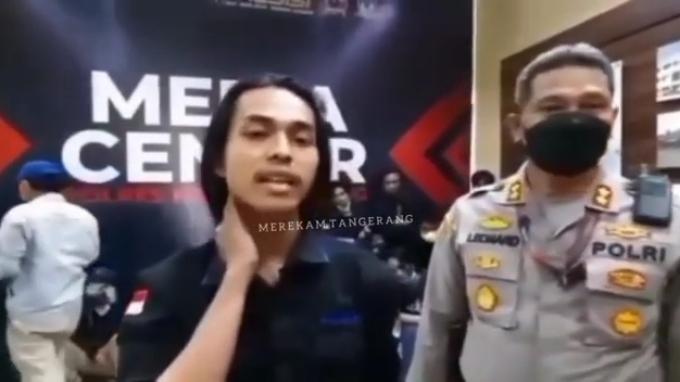 Seorang mahasiswa bernama Fariz diamankan oleh aparat Polresta Kabupaten Tangerang seusai bentrok dalam demo di Puspemkab Tangerang di Tigaraksa, Rabu (13/10/2021). (Foto: merekamtangerang).