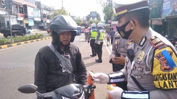 Pemotor di Cianjur Tegang saat Dihentikan Polisi di Operasi Patuh, Ternyata Cuma Diberi Masker