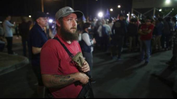 Penampakan Pendukung Trump Nenteng Senjata Laras Panjang Saat Demo Tolak Hasil Pilpres Tribunnews Com Mobile