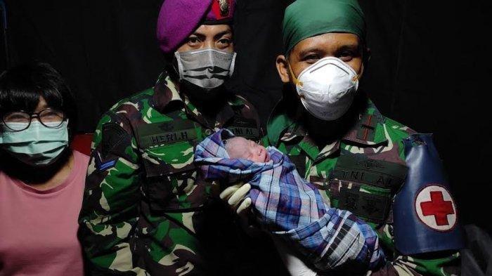 Dibantu Dokter Marinir dan Kostrad, Seorang Pengungsi Korban Gempa Sulbar Melahirkan di Posko TNI