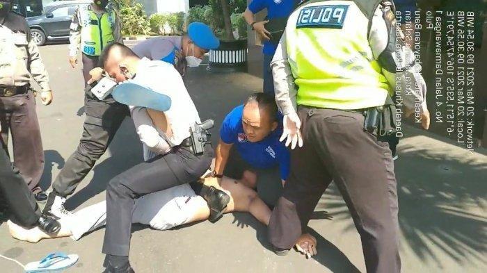 Polisi Gagalkan Upaya Seorang Pria yang Hendak Bunuh Diri di Halaman Polres Jakarta Selatan