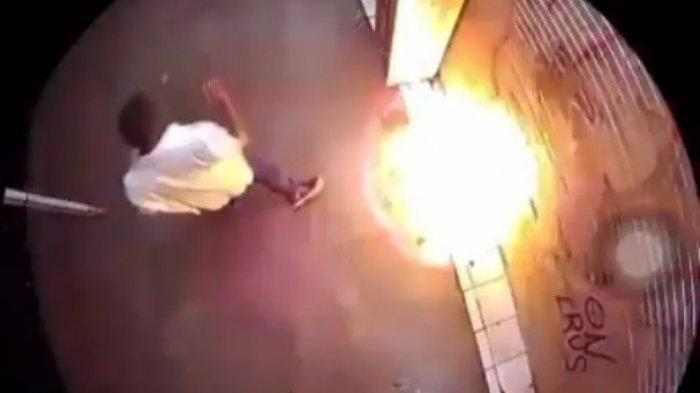 Seorang Pria Terekam CCTV Bakar Toko Pakaian di Depok, Penjaga Ungkap Sosok Pelaku