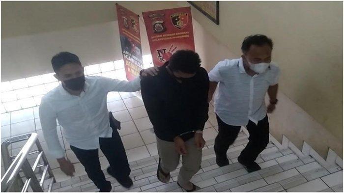 Tak Mau Dihentikan di Lampu Merah, Pemuda di Palembang Nekat Tabrak Polisi