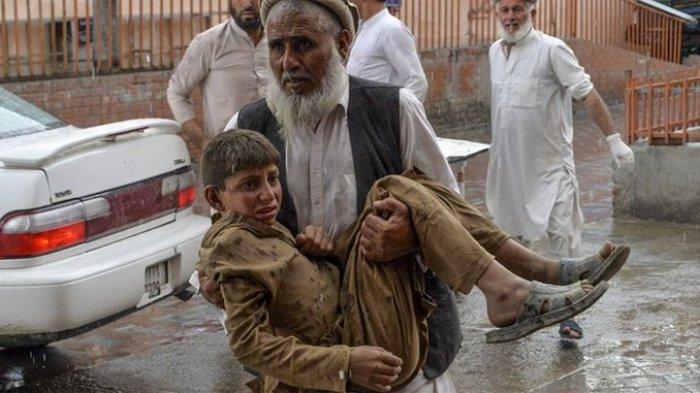Warga menggotong seorang remaja yang terluka akibat ledakan di sebuah masjid di distrik Haska Mina, sekitar 50 kilometer dari Jalalabad, ibu kota provinsi Nangarhar, pada Jumat (18/10/2019). AFP/NOORULLAH SHIRZADA