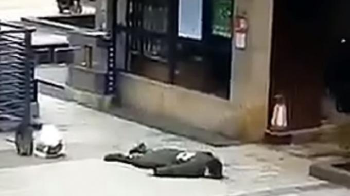Seorang warga Wuhan China tumbang di jalanan diduga terivensi virus Corona.