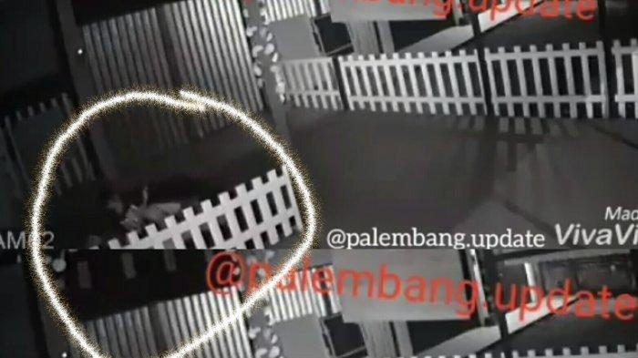 Geger di Palembang, Sepasang ABG Mesum di Depan Ruko Tak Sadar Terekam CCTV