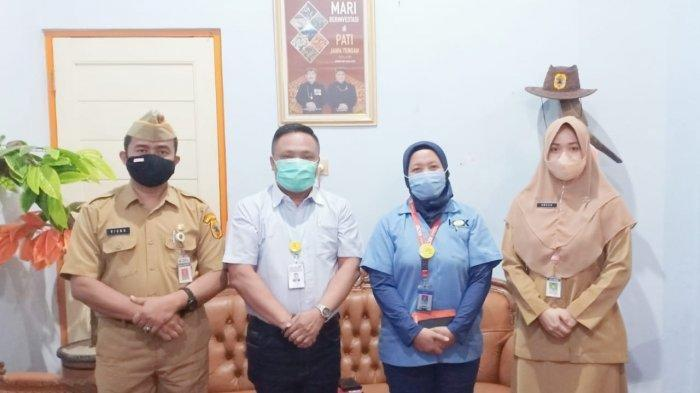 Ketua DPD Asosiasi Persepatuan Indonesia (Aprisindo) Jawa Tengah Sugito (kedua dari kiri) ketika berkunjung ke DPMPTSP Pati beberapa waktu lalu