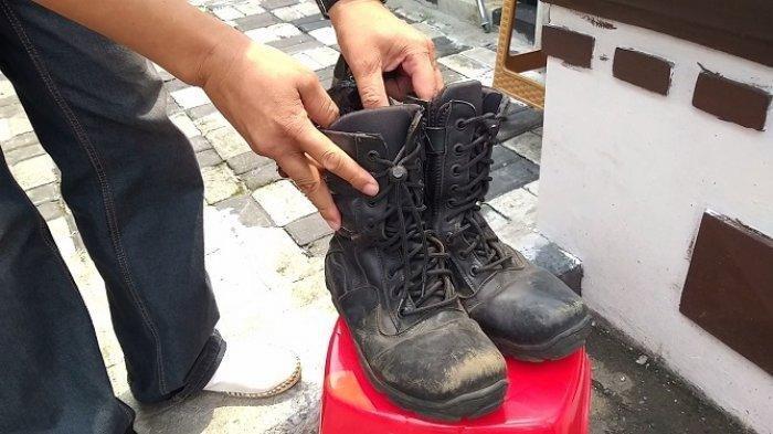 Sepasang sepatu dijadikan barang bukti untuk melaporkan adanya dugaan korupsi pengadaan sepatu PDL di Dinas Damkar dan Penyelamatan Kota Depok kepada Kejaksaan Negeri Depok, Cilodong, Jawa Barat, Rabu (14/4/2021)