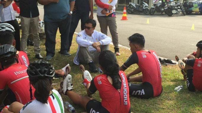 Menpora Imam Nahrawi mengunjungi pelatnas sepatu roda Indonesia di Cluster Aralia, Kabupaten Bekasi, Jawa Barat, Kamis (9/8/2018).