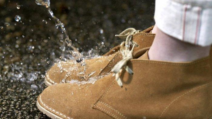 6 Cara Menghilangkan Bau Tidak Sedap pada Sepatu