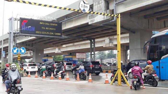 Sepeda motor diperbolehkan masuk ke Tol Becakayu dari Bekasi menuju ke Jakarta, Selasa (25/2/2020). Ini dikarenakan akses jalan Kalimalang tepatnya di Kolong Tol JORR Kota Bintang Bekasi, terputus karena banjir.