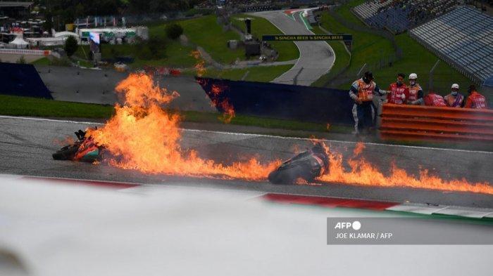 Sepeda motor pebalap Aprilia Italia Lorenzo Savadori dan pebalap KTM Spanyol Dani Pedrosa terlihat terbakar menyusul kecelakaan setelah dimulainya Grand Prix Sepeda Motor Styrian di trek balap Red Bull Ring di Spielberg, Austria pada 8 Agustus 2021.