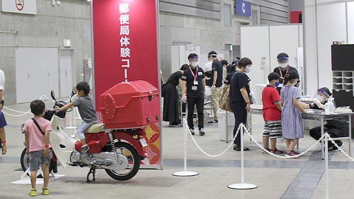Sepeda motor pengantar pos sedang dikendarai anak-anak di pameran filateli PhilaNippon 24 Agustus 2021.