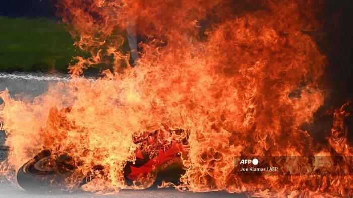 Sebuah sepeda motor terlihat terbakar menyusul kecelakaan yang melibatkan pebalap Aprilia Italia Lorenzo Savadori dan pebalap KTM Spanyol Dani Pedrosa setelah dimulainya Grand Prix Sepeda Motor Styrian di trek balap Red Bull Ring di Spielberg, Austria pada 8 Agustus 2021.