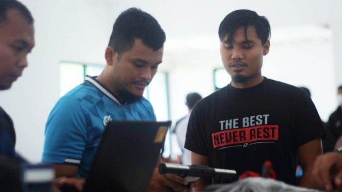 dokter Septi Mandala tengah memeriksa kondisi kesehatan pemain Persikabo 1973 di mess PMPP, Hambalang, Kabupaten Bogor
