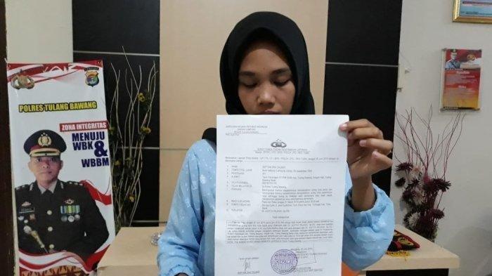 Septina (25) saat membuat laporan ke Polres Tulangbawang, Kamis (20/6/2019). TribunLampung.co.id/Endra Zulkarnaen