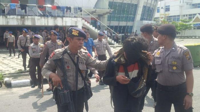 Mahasiswa Perusuh Dipulangkan ke Makassar dengan Kapal TNI