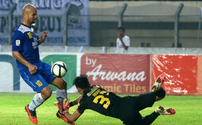Sergio van Dijk mengecoh kiper Sriwijaya FC, Rivky Mokodompit