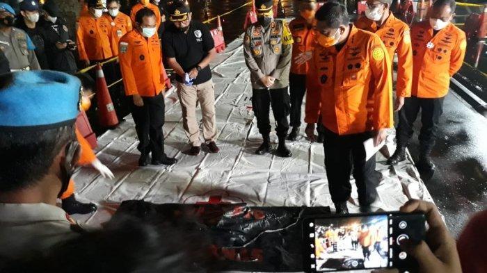 Serpihan puing yang diduga bagian dari pesawat Sriwijaya Air SJ-182 yang hilang kontak, tiba di posko terpadu, Sabtu malam, (9/1/2021). Sebelumnya puing tersebut ditemukan di perairan pulau Lancang, Kepulauan Seribu.