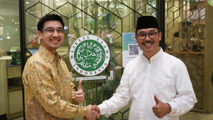 Direktur LPPOM MUI, Dr. Ir. Lukmanul Hakim, Msi, dan Direktur PT Sushi Tei Indonesia, Sonny Kurniawan.
