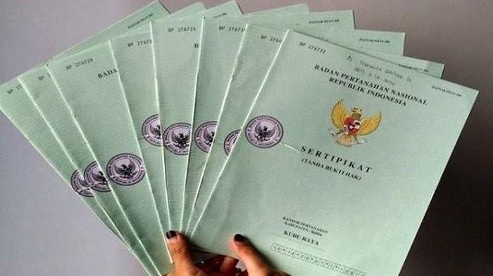 Dukung Program Kementerian ATR/BPN, Anggota Komisi II DPR Serahkan Sertifikat Tanah di Kalbar