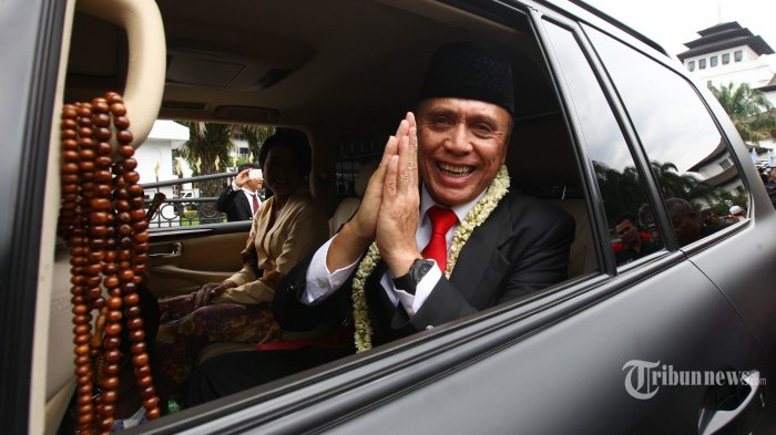 Pejabat Gubernur Jawa Barat, Mochamad Iriawan bersama istri meninggalkan Gedung Sate dengan mata berkaca-kaca melambaikan salam kepada sejumlah ASN Pemprov Jabar pada acara prosesi pelepasan di gerbang utama Gedung Sate, Jalan Diponegoro, Kota Bandung, Kamis (6/9/2018). Suasana haru tampak dalam prosesi pelepasan jenderal bintang tiga itu, setelah memimpin Jawa Barat selama dua bulan enam belas hari. (TRIBUN JABAR/GANI KURNIAWAN)