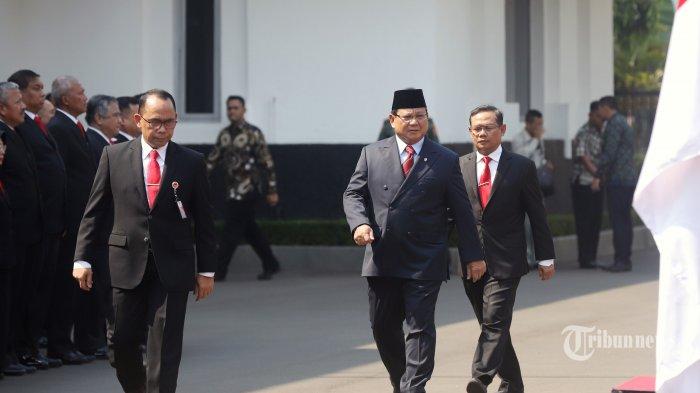 Menteri Pertahanan Prabowo Subianto saat tiba di gedung Kementrian Pertahanan, Jakarta Pusat, Kamis (24/10/2019). Kedatangan Prabowo dalam rangka serah terima jabatan Menteri Pertahanan yang disambut upacara militer.