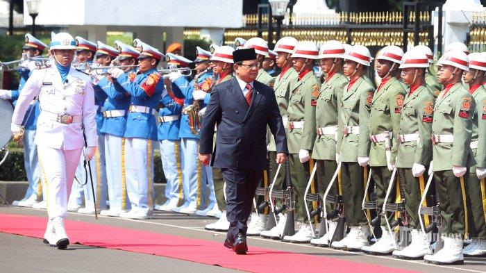 Menteri Pertahanan Prabowo Subianto saaat melakukan inspeksi pasukan saat upacara penyambutan di Kantor Kementerian Pertahanan, Jakarta Pusat, Kamis (24/10/2019).