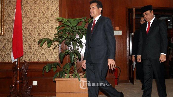 (Asman Abnur saat menjabat sebagai Menteri PAN-RB)  Pejabat baru Menteri PAN-RB Syafruddin (kanan) bersama pejabat lama Menteri PAN-RB Asman Abnur (kiri) berjalan sebelum melakukan prosesi serah terima jabatan Menteri PAN-RB di Gedung Kementerian PAN-RB, Jakarta, Rabu (15/8/2018). Syafruddin menjabat Menteri PAN-RB menggantikan Asman Abnur yang mengundurkan diri. TRIBUNNEWS/IRWAN RISMAWAN