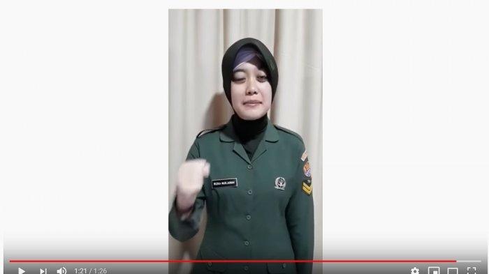 Sertu Rizka Nurjanah menyanyikan mars TNI AD