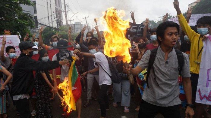 Sekjen PBB Serukan Militer Myanmar Bebaskan Aung San Suu Kyi, Demonstran Bakar Seragam Tentara