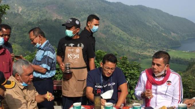 Menparekraf Sandiaga 'Seruput' Kopi Motung Sambil Nikmati Danau Toba