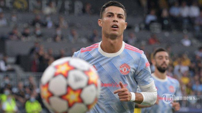Striker Manchester United asal Portugal Cristiano Ronaldo menatap bola selama pertandingan sepak bola Grup F Liga Champions UEFA antara Young Boys dan Manchester United di stadion Wankdorf di Bern, pada 14 September 2021. AFP/SEBASTIEN BOZON