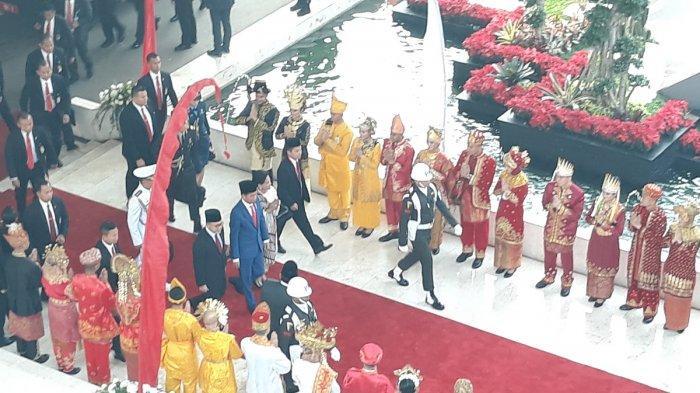 Setiap tahunnya, Presiden Jokowi memilih pakaian-pakaian tersendiri untuk dikenakan saat pidato Sidang Tahunan MPR RI 2019 di Gedung Parlemen, Senayan, Jakarta