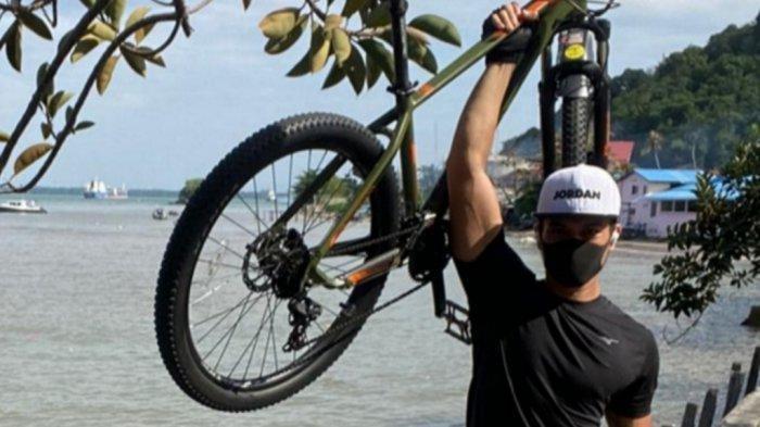 Hobi Baru Kiper Persija, Rutin Bersepeda di Jakarta Hingga di Balikpapan