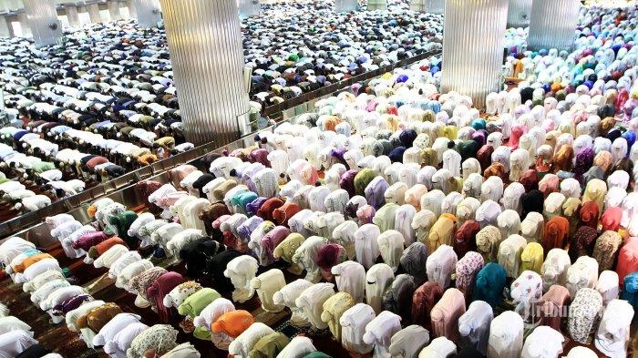 Ribuan Umat muslim saat melaksanakan sholat gerhana matahari di Masjid Istiqlal, Jakarta Pusat, Rabu (9/3/2016). Salat Kusuf dijadwalkan mulai pukul 07.30 WIB. Sebanyak 10.000 jemaah diprediksi akan memadati Masjid Istiqlal. Salat itu akan diimami oleh Ahmad Husni Ismail, sementara khotbah akan disampaikan langsung oleh Imam Besar Masjid Istiqlal, Nasarudin Umar.